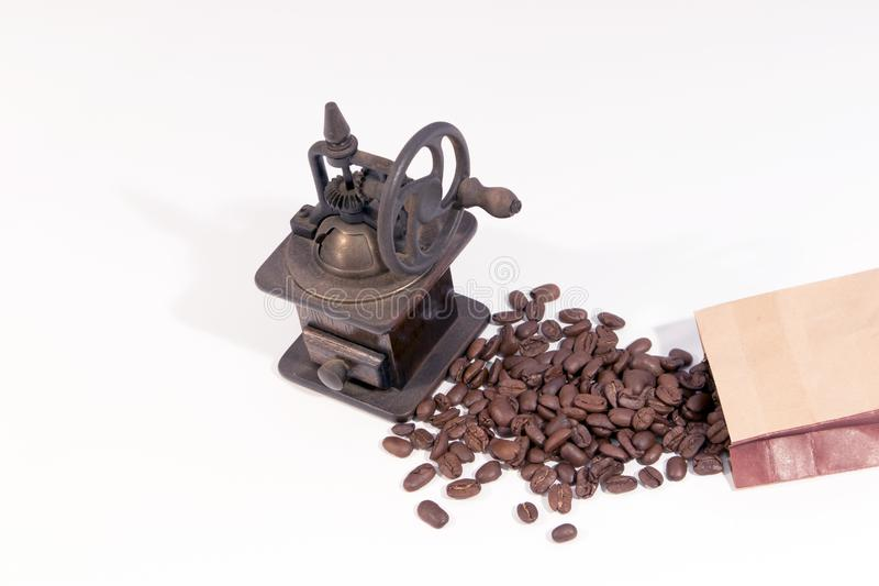 Старый ручной деревянный механизм настройки радиопеленгатора с колесом шестерни и разбросанными кофейными зернами стоковое изображение