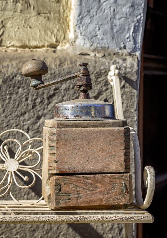 Старый ручной механизм настройки радиопеленгатора в деревянном случае стоковые фотографии rf
