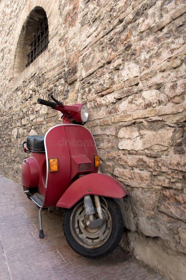Старый самокат припаркованный в улице стоковая фотография rf