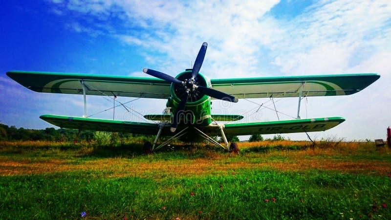 Старый самолет-биплан An-2 стоит на луге стоковое изображение