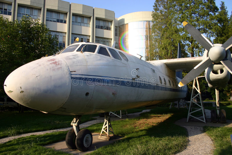 Старый самолет около здания стоковые изображения