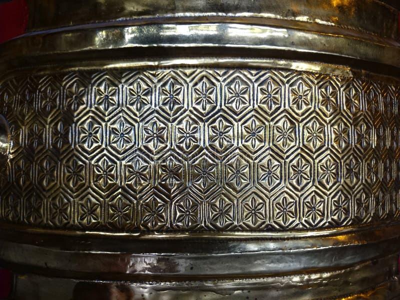Старый сброс желтого металла - вероятно бронза - в буддийском виске o стоковое фото