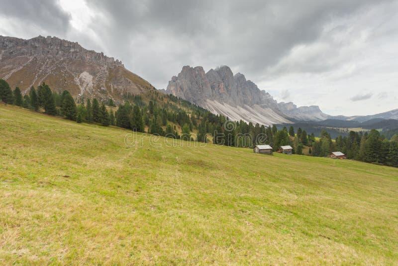 Старый сеновал в выгоне в di Funes Val на падении стоковое изображение rf