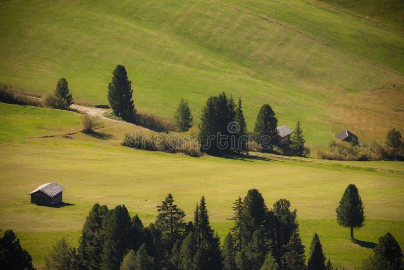 Старый сеновал в выгоне в di Funes Val на падении стоковые фотографии rf