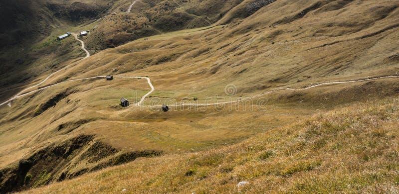 Старый сеновал в выгоне в di Funes Val на падении стоковое фото rf