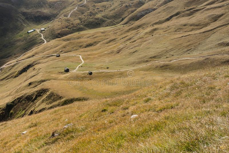 Старый сеновал в выгоне в di Funes Val на падении стоковая фотография rf