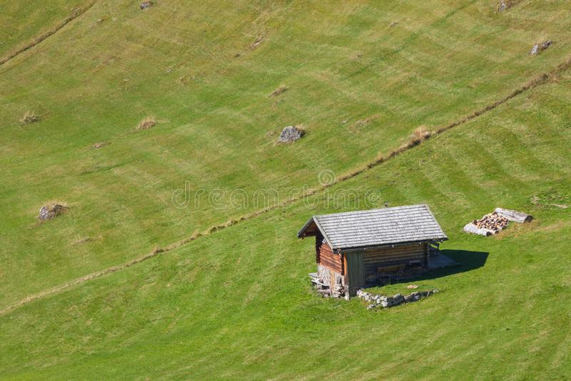 Старый сеновал в выгоне в di Funes Val на падении стоковое фото