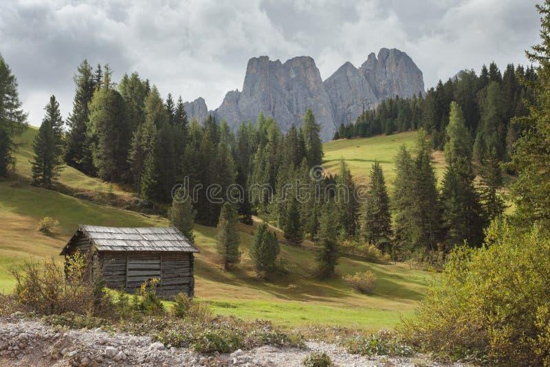Старый сеновал в выгоне в di Funes на доломитах падения - o Val стоковая фотография rf