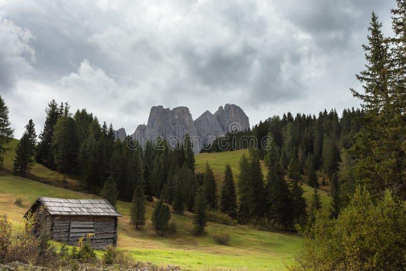 Старый сеновал в выгоне в di Funes на доломитах падения - o Val стоковая фотография