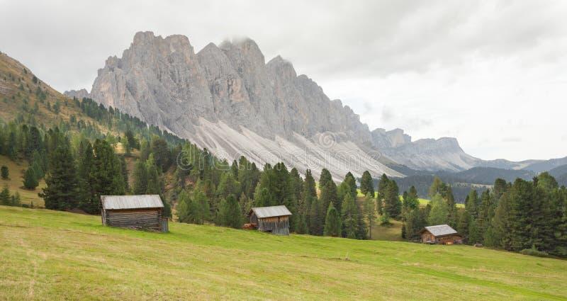 Старый сеновал в выгоне в di Funes Val на падении стоковое изображение