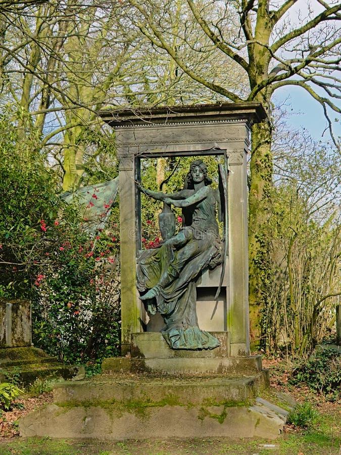 Старый серьезный памятник со скульптурой ангела стоковая фотография rf