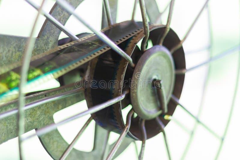 Старый сетноой-аналогов роторный репроектор фильма фильма на на открытом воздухе театре фильмов кино стоковое изображение
