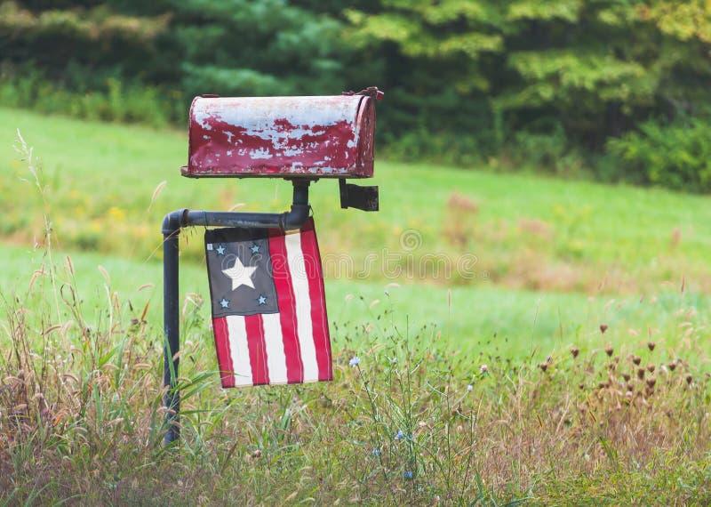 Старый сельский почтовый ящик с античным флагом стоковые фотографии rf