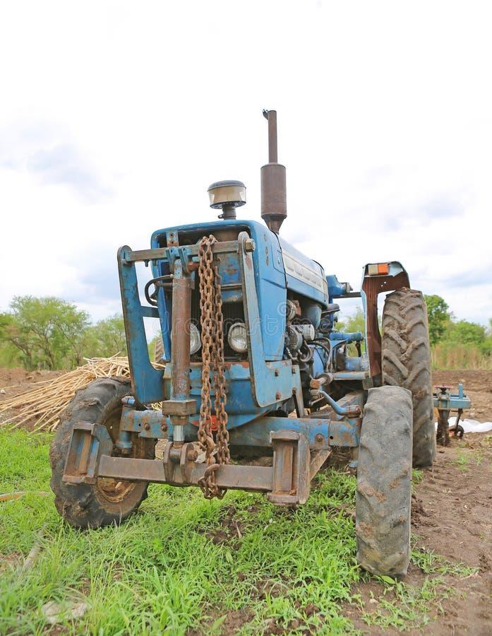 Старый сильный трактор стоковые фотографии rf