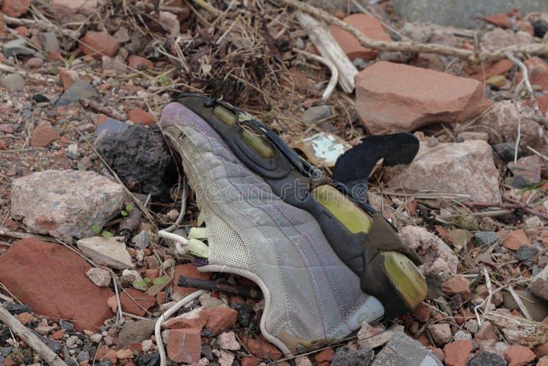 Старый сломанный ботинок стоковые изображения rf