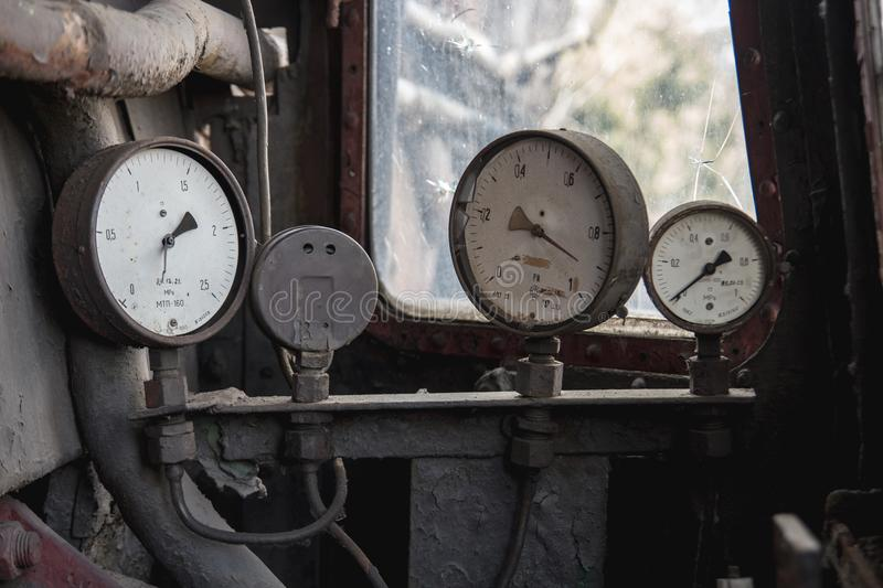 Старый сломанный манометр 3 на старой покинутой нефти и газ стоковое изображение rf