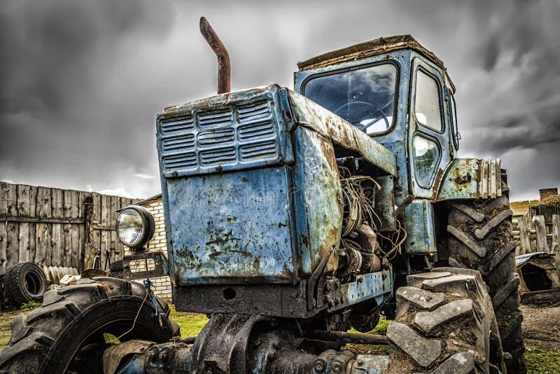 Старый сломанный трактор стоковые изображения