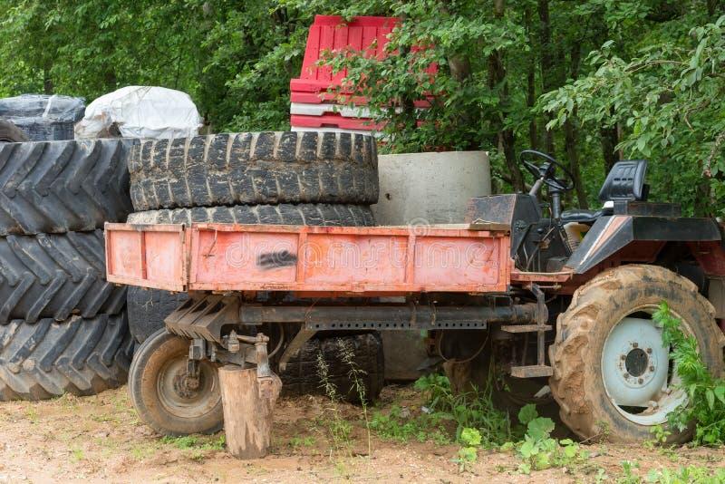Старый сломанный трактор стоковое фото