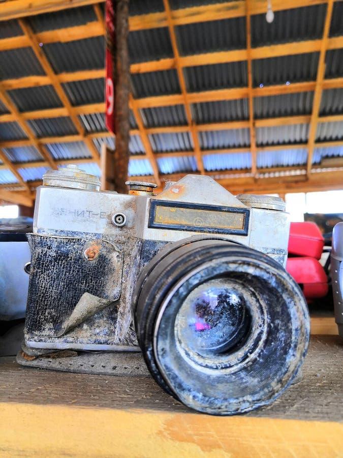 Старый сломленный зенит камеры, несенный к время стоковое фото rf