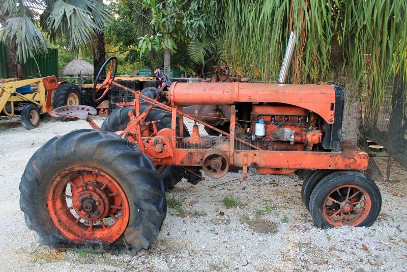 Старый сломленный трактор на ферме стоковая фотография rf