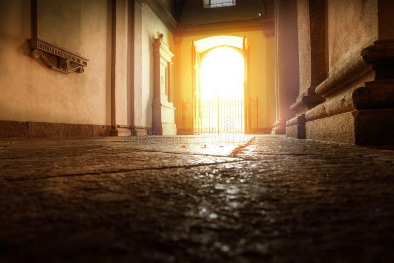 Старый солнц-освещенный вход увиденный от внутренности стоковое изображение rf