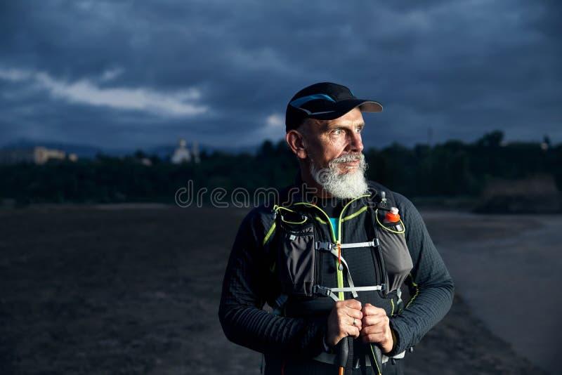 Старый спортсмен с серой бородой стоковые фотографии rf