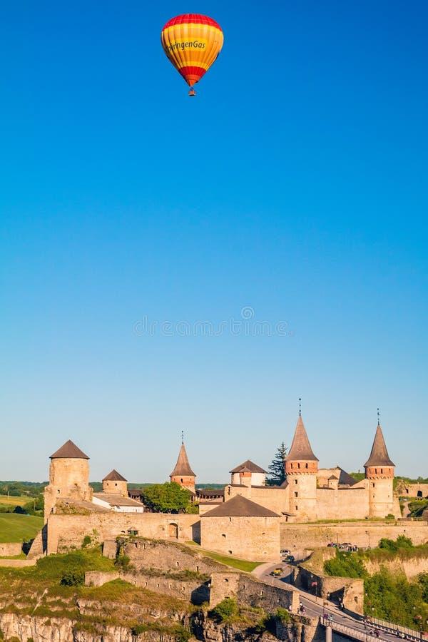 Старый средневековый замок Kamianets-Podilskyi с воздушными шарами стоковое изображение