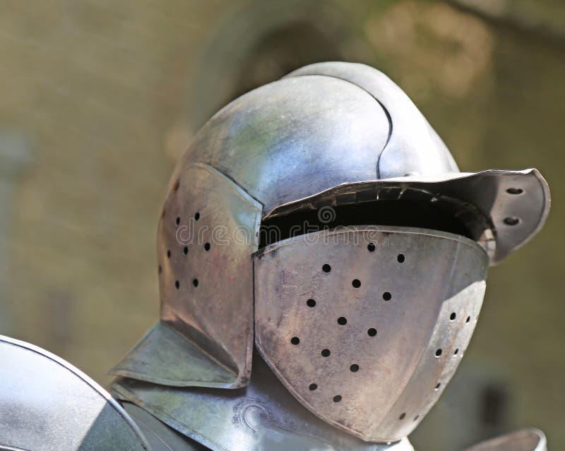 Старый средневековый шлем солдата короля стоковые изображения rf