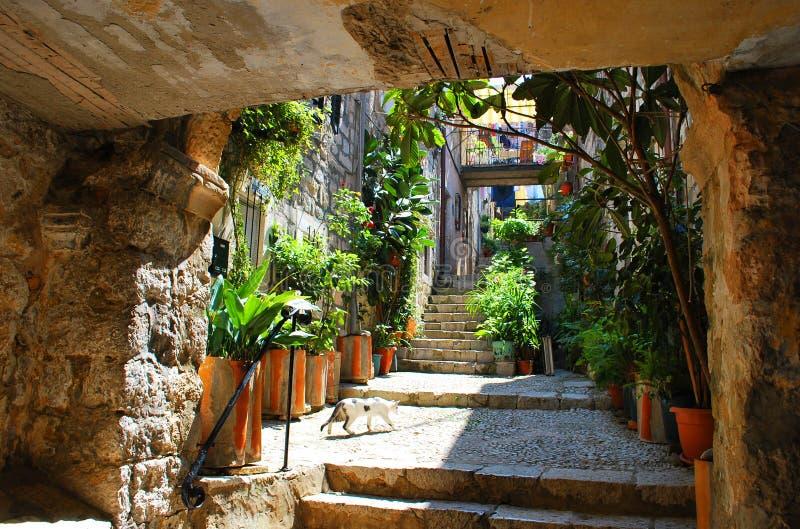 Старый среднеземноморской каменный двор стоковые фото