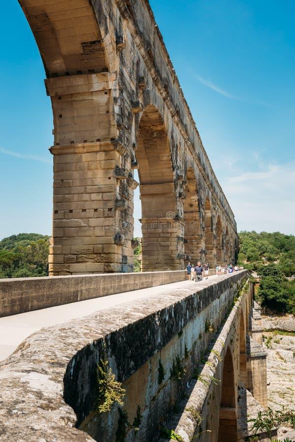Старый старый римский мост-водовод Pont du Гара, Nimes, Франции стоковые изображения rf