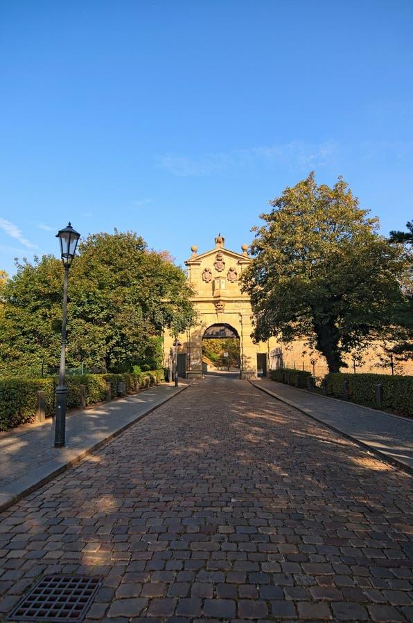 Старый строб Leopold к ` замка ` Vysehrad верхнему в утре лета Vysehradska Brana, Прага, чехия стоковая фотография rf