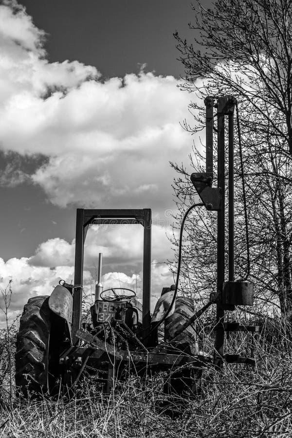 Старый сломанный винтажный трактор фермы стоковые изображения rf