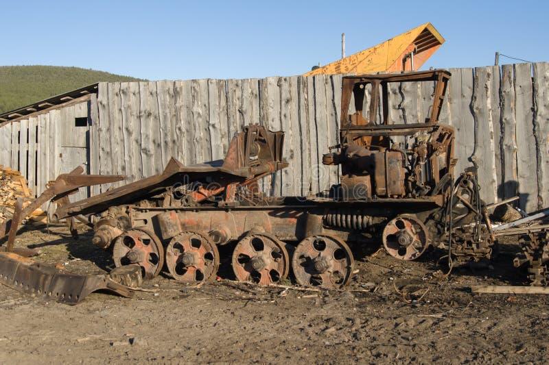 Старый сломанный трактор стоит в деревне стоковое изображение rf