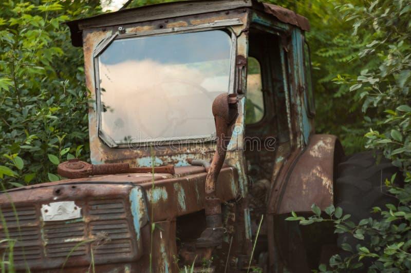 Старый сломанный трактор стоковые изображения rf