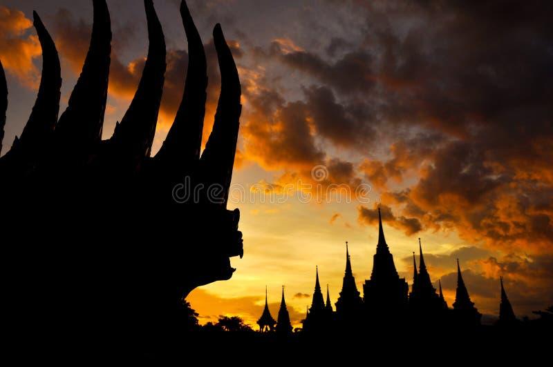 Старый тайский силуэт виска в twilight предпосылке неба стоковое фото