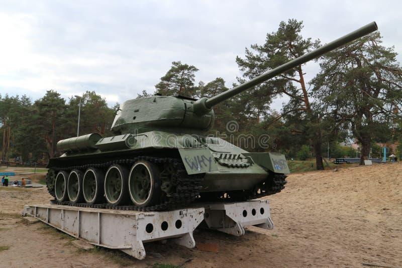 Старый танк на постаменте стоковое фото rf