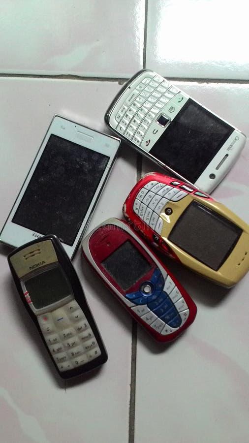 Старый телефон над белым керамическим полом стоковое изображение