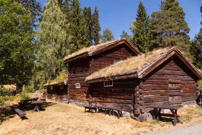 Старый традиционный норвежский дом журнала крыши дерна на музее Лиллехаммере Oppland Норвегии Скандинавии людей Maihaugen стоковое изображение