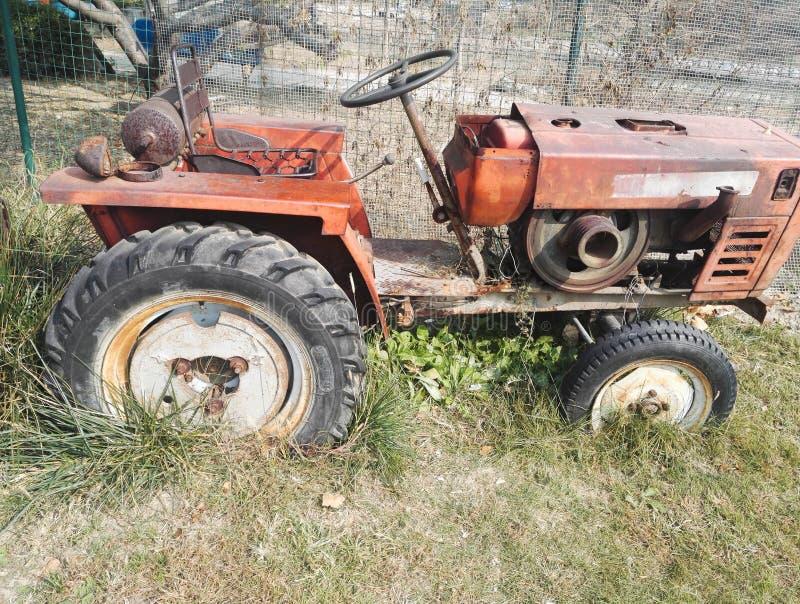 Старый трактор, был сброшен стоковое фото