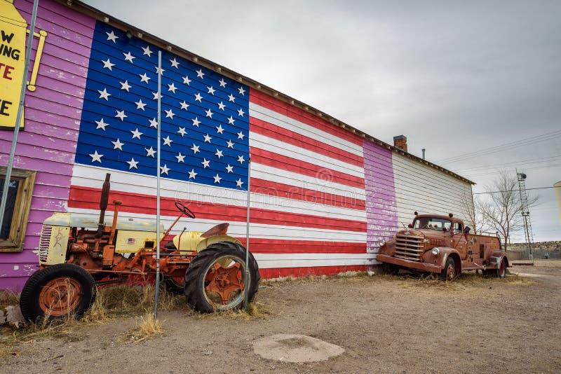 Старый трактор и приемистость на маршруте 66 в Аризоне стоковая фотография rf
