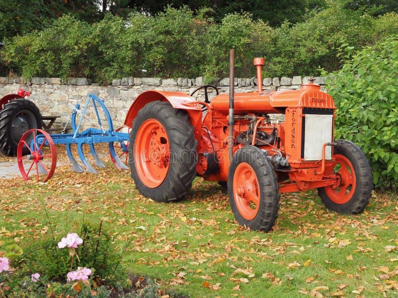 Старый трактор Fordson с плугом стоковые фотографии rf