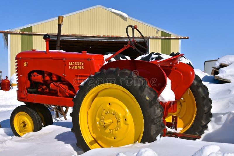 Старый трактор Massey Херрис 81 похоронил в снеге стоковое изображение rf
