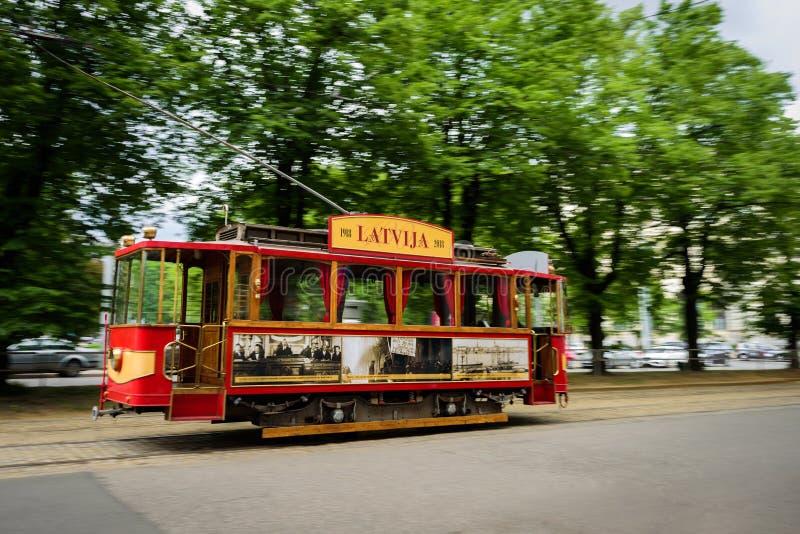 Старый трамвай в улице Риги, Латвии стоковое изображение