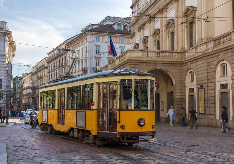 Старый трамвай проходя на театр La Scala в милане стоковая фотография rf