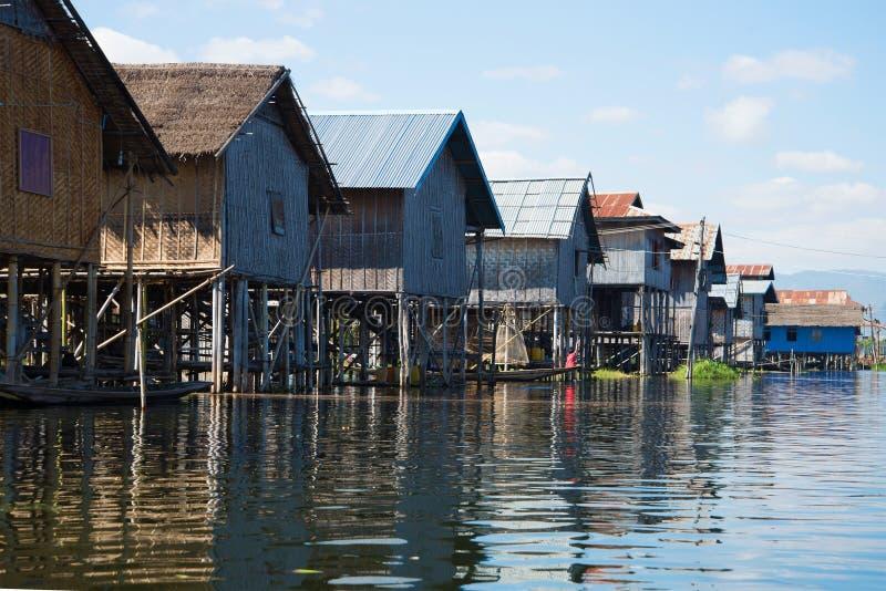 Старый традиционный бирманский дом в рыбацком поселке на озере Inle Бирма стоковое изображение rf