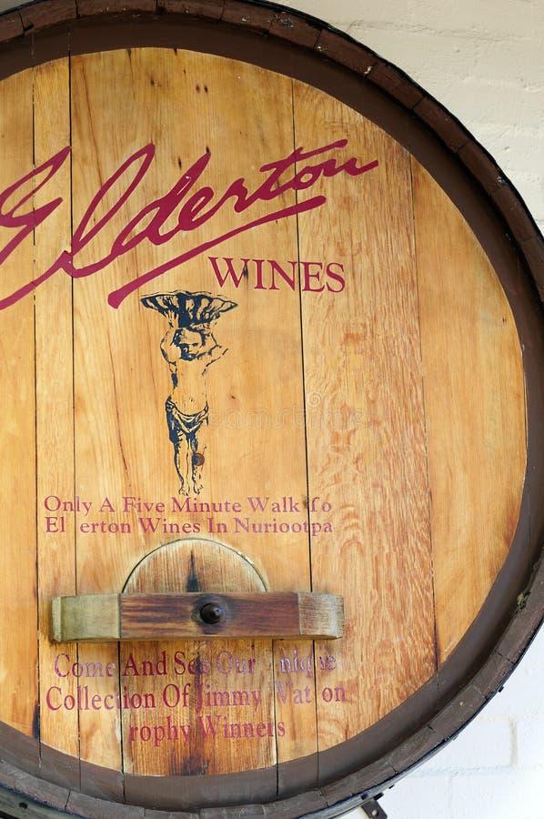 Старый традиционный деревянный выдвиженческий знак бочонка для Elderton Wines стоковые изображения
