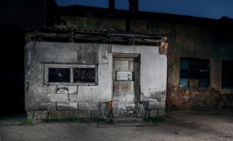 Старый треснутый или grungy дом с brocken двери стоковые фотографии rf