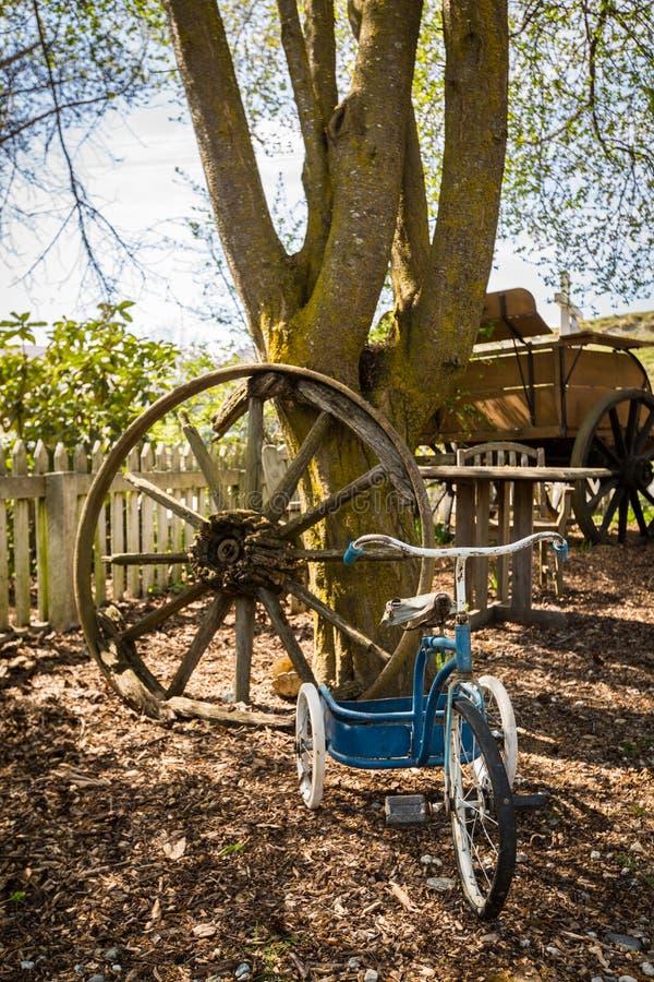 Старый трицикл детей стоковая фотография