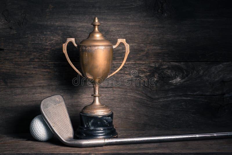Старый трофей с гольф-клубом стоковая фотография rf