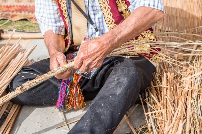 Старый турецкий человек делая традиционную плетеную корзину стоковая фотография rf